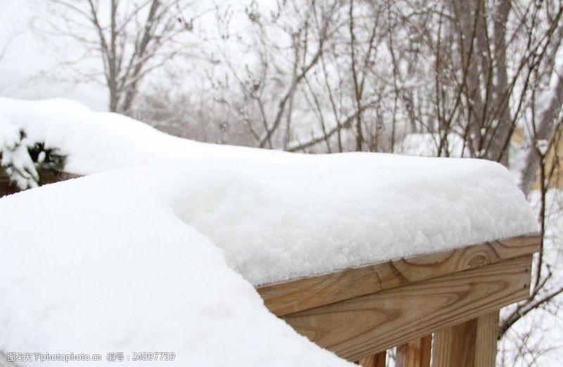户外围栏积雪