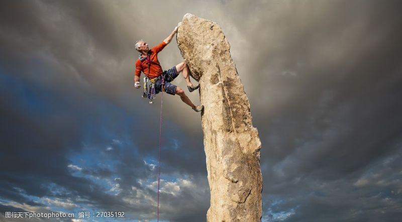 登山的男人攀登岩石的男人图片