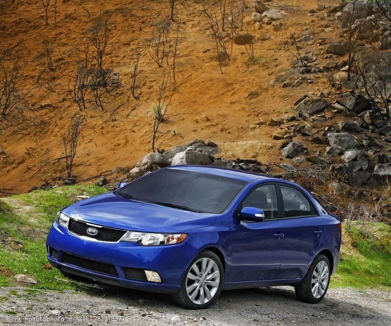 品牌轿车山地上的蓝色轿车图片