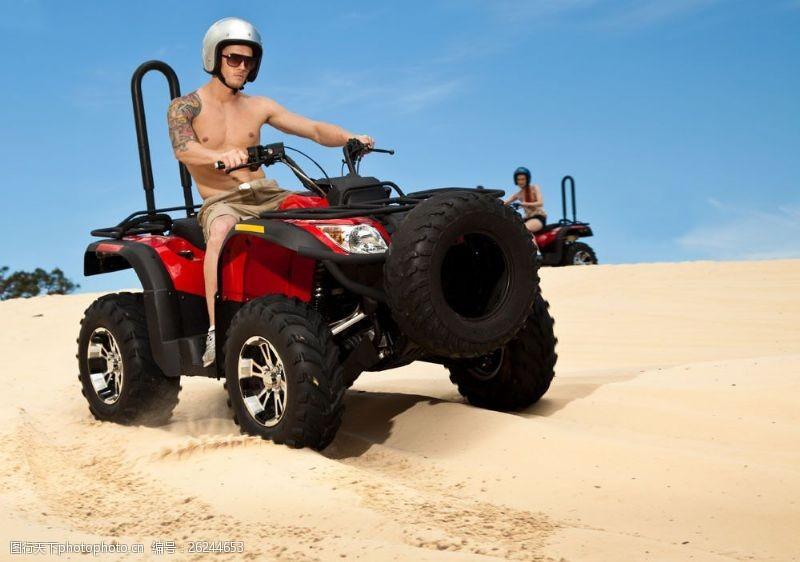 蓝天白云大海图片开越野车在沙滩上玩的外国男女图片