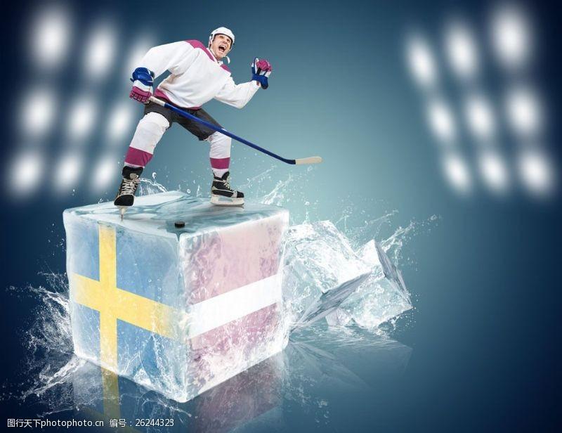冰球比赛带国旗图案的冰块上的运动员图片