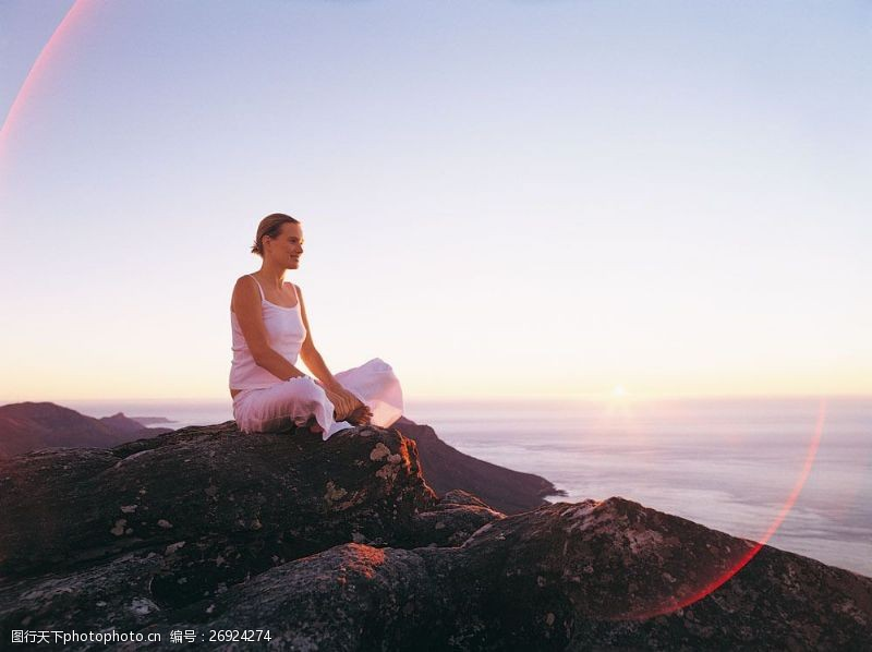 山顶上坐着的女人图片