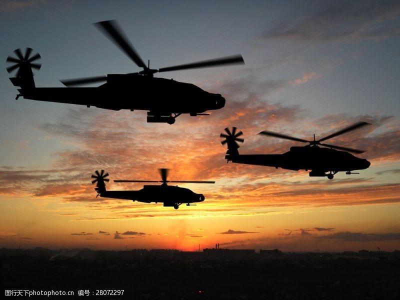 战争题材夕阳下的军事飞行机图片