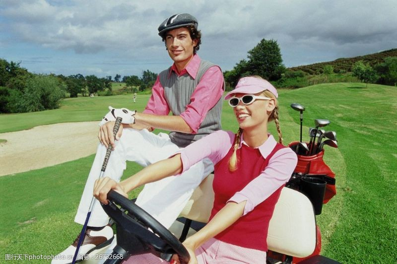 开高尔夫车的时尚男女图片