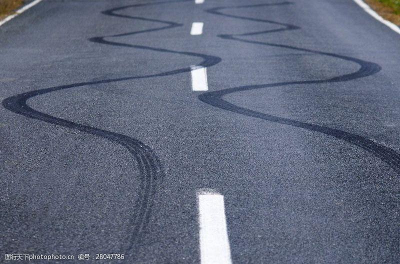 道路上的车印图片
