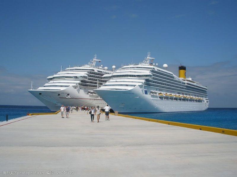 人物高清图片海边停靠的两艘轮船图片
