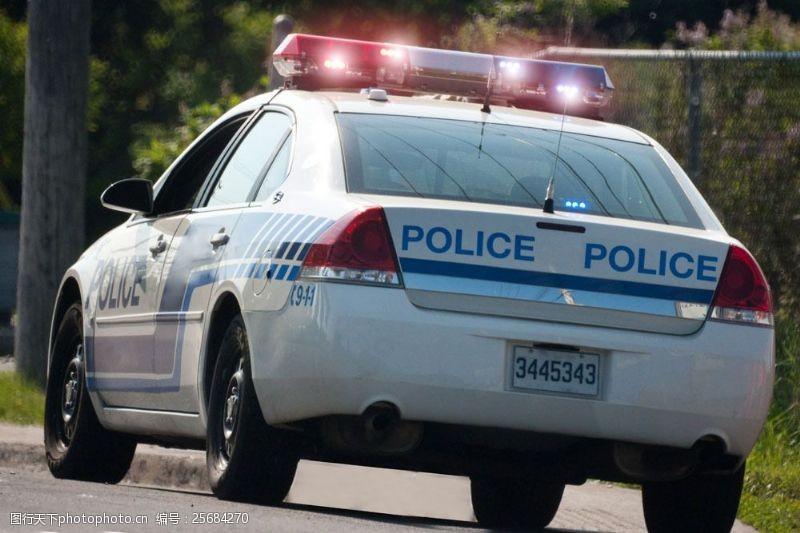 摄影越野道路上的警车图片