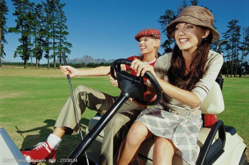 高尔夫车上的时尚女性图片