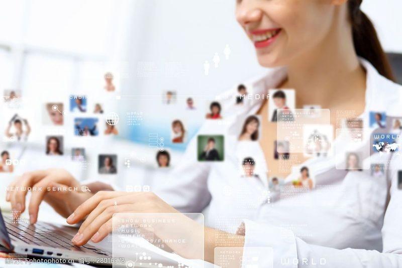 商务美女开心的社交网络美女图片