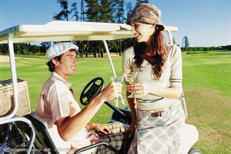 高尔夫车喝饮料的时尚男女图片