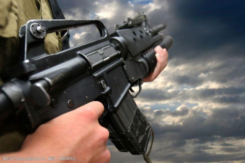 战争题材持枪的军人图片
