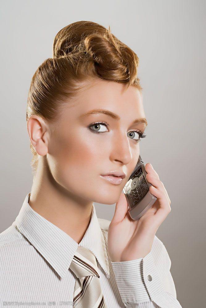 打手机的通信美女面部特写图片