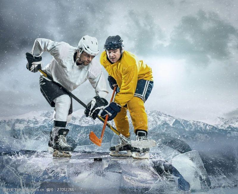 冰球比赛运动员图片