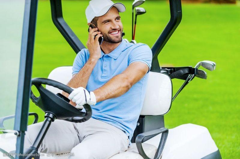 开高尔夫车的男士图片