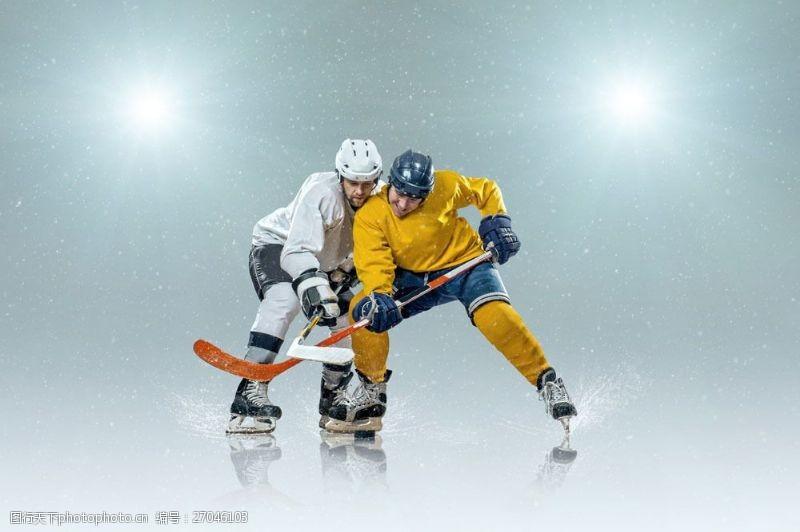 冰球比赛争抢的冰球运动员图片