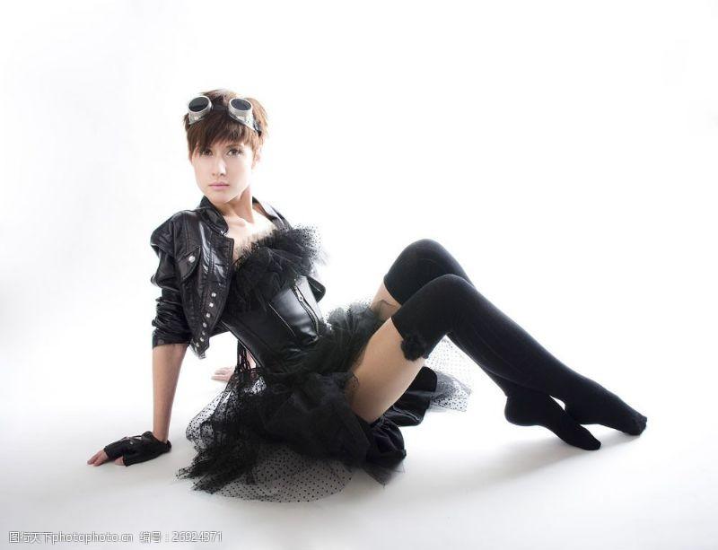 蒸气朋克坐在地上的性感美女图片