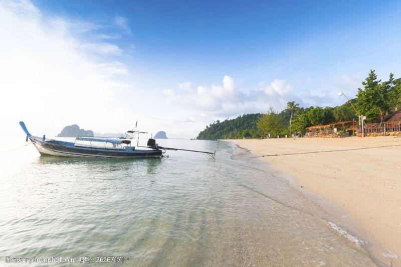 蓝天白云大海图片停靠在海边的渔船图片