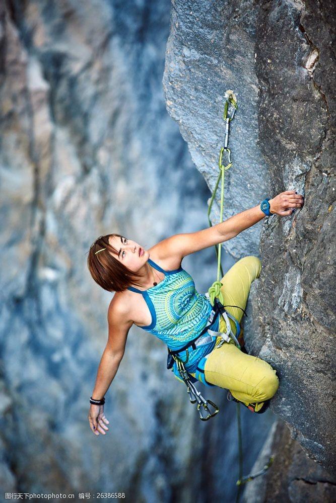徒手攀岩的美女图片