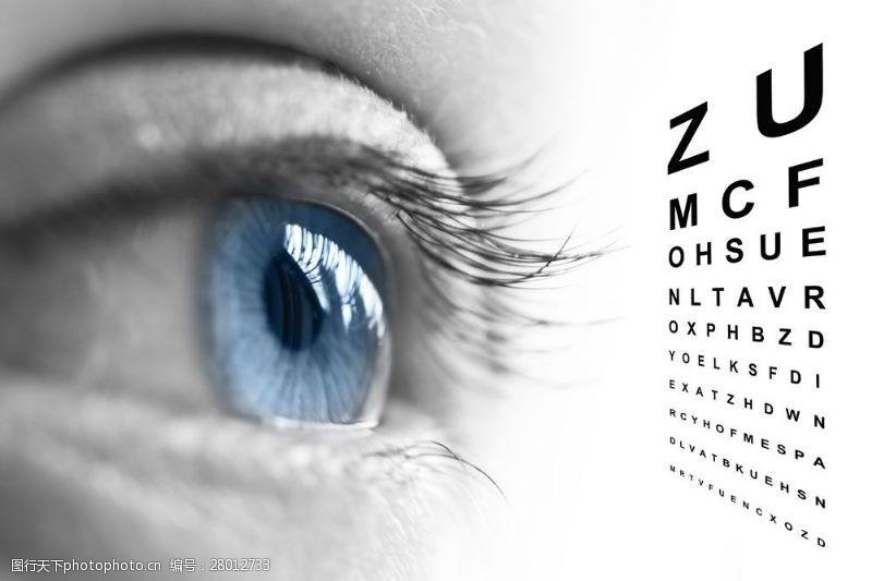 眼部特写眼镜与视力表图片