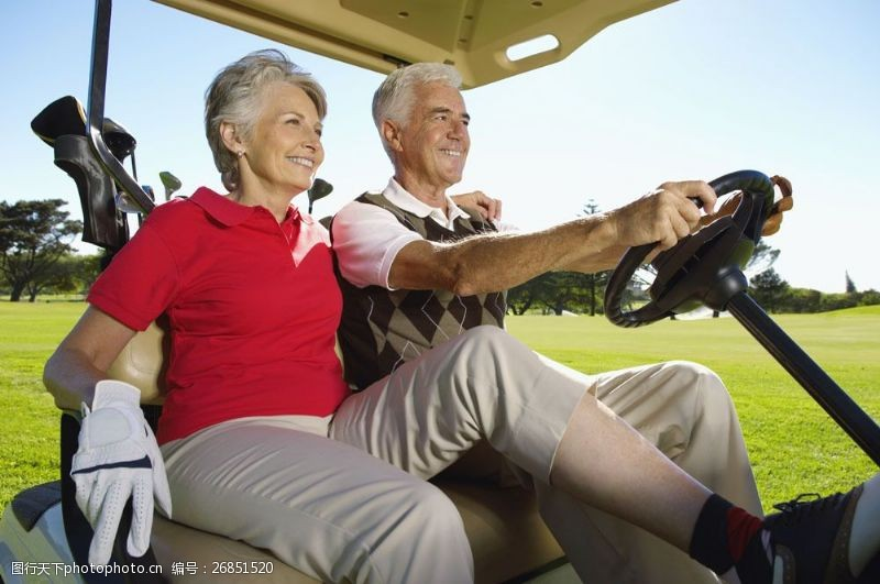高尔夫车的老人图片