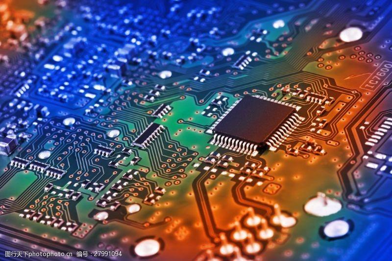 中央处理器电板上的芯片图片