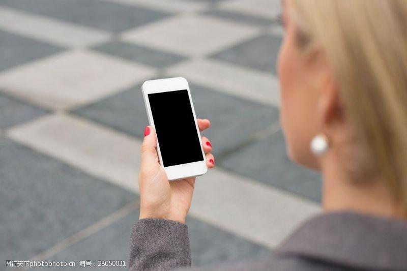 拿手机的商务美女图片