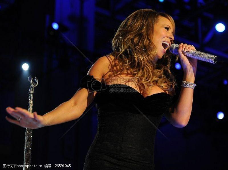 凯莉在舞台上唱歌的女子