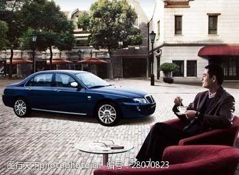 成功男士与高档轿车图片