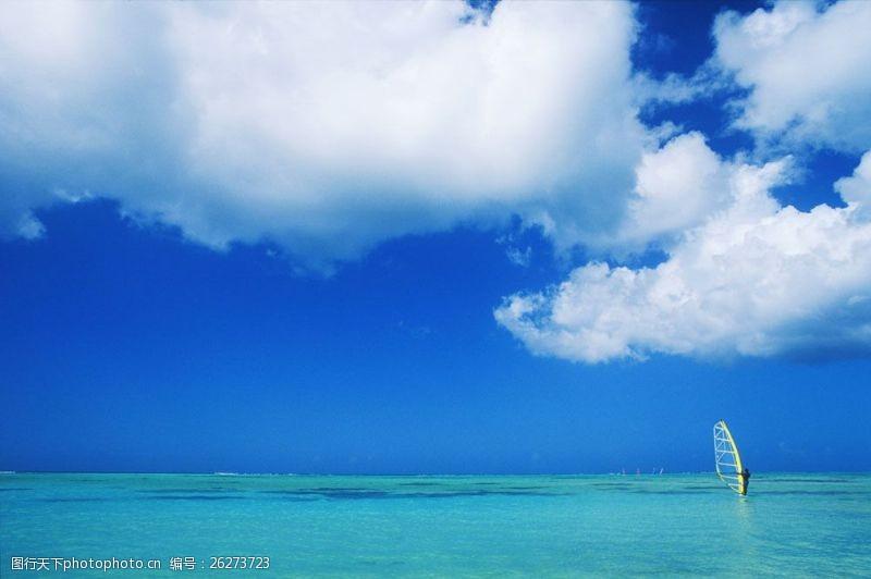 漂亮的蓝天白云大海图片