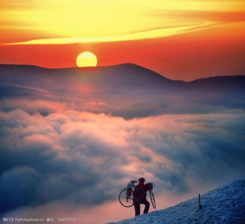登山的男人图片