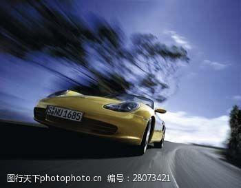 品牌轿车高速行驶的跑车图片