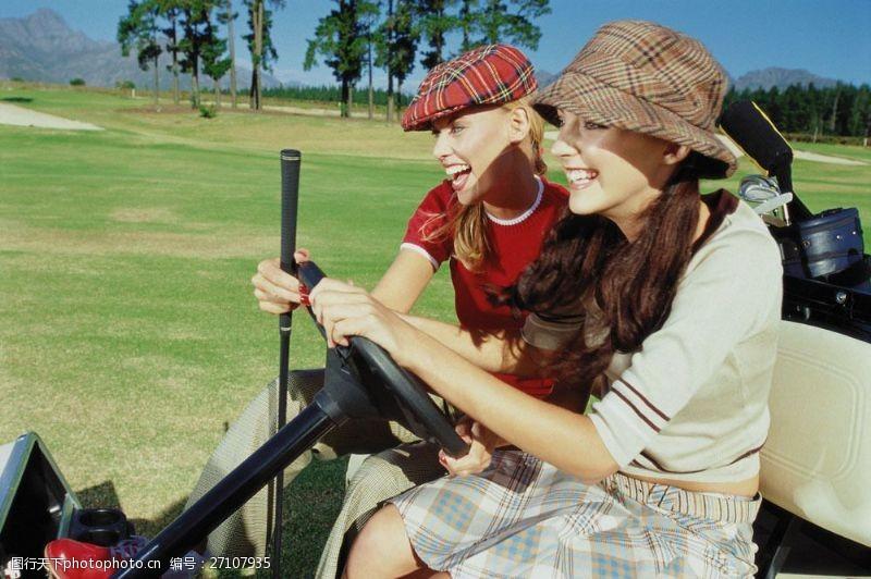 开高尔夫车的时尚美女图片