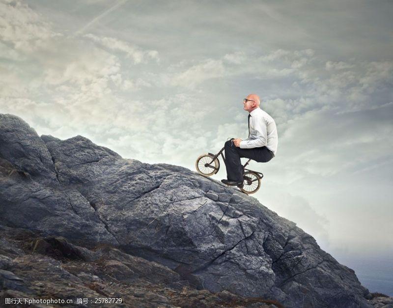 骑自行车登山的男人图片