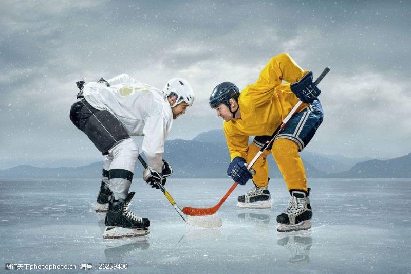 冰球比赛对峙的冰球运动员图片