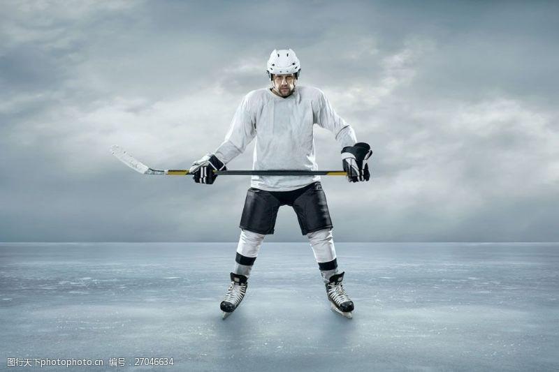 冰球比赛冰面上的冰球运动员图片