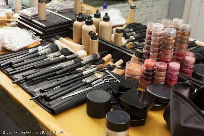 化妆台上的各种化妆品图片
