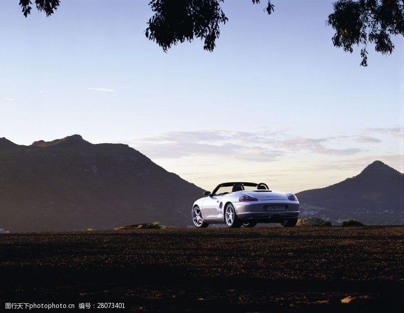 品牌轿车行驶在路的跑车图片