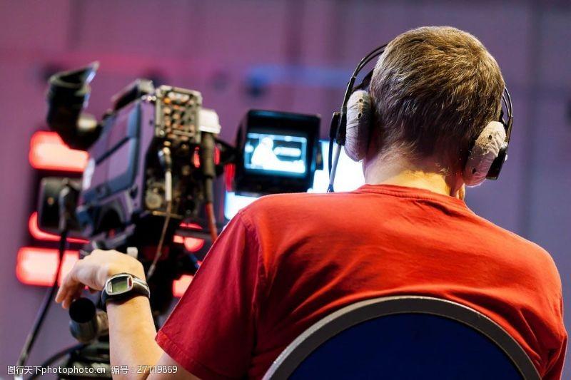 正在拍电影的男人背影图片