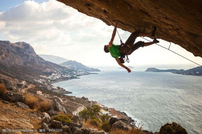 海边登山的男人图片