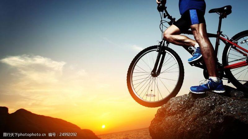 自行车登山的男人图片