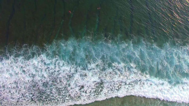 飞越印尼湾风景如画的冲浪者