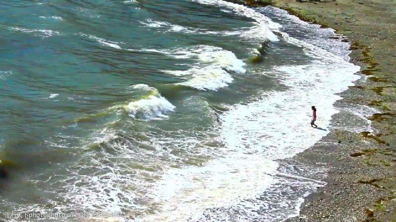 beach在Beach玩波浪的女孩