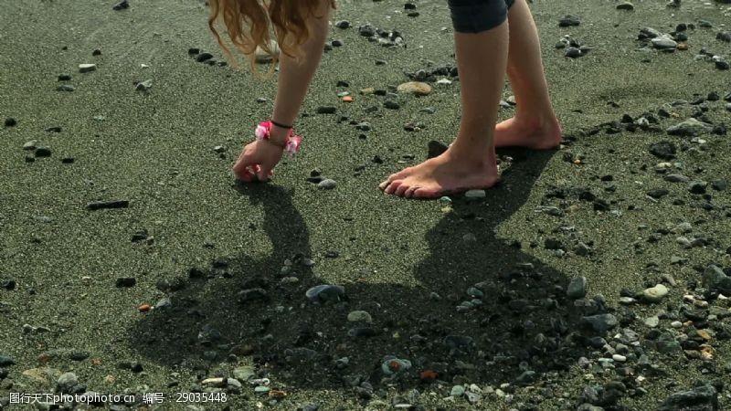 beach女孩捡起卵石-Beach